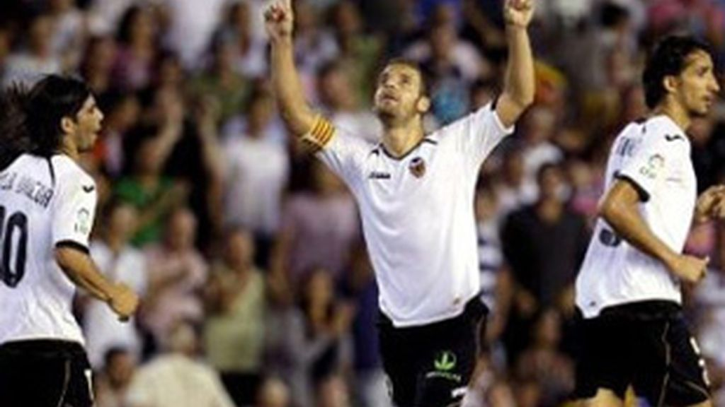 Roberto Soldado celebra un gol con el Valencia.