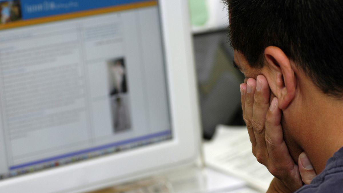 Hombre mirando a la pantalla de un ordenador