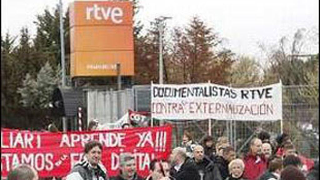 Trabajadores de RTVE concentrados ante la sede en una de las anteriores huelgas.