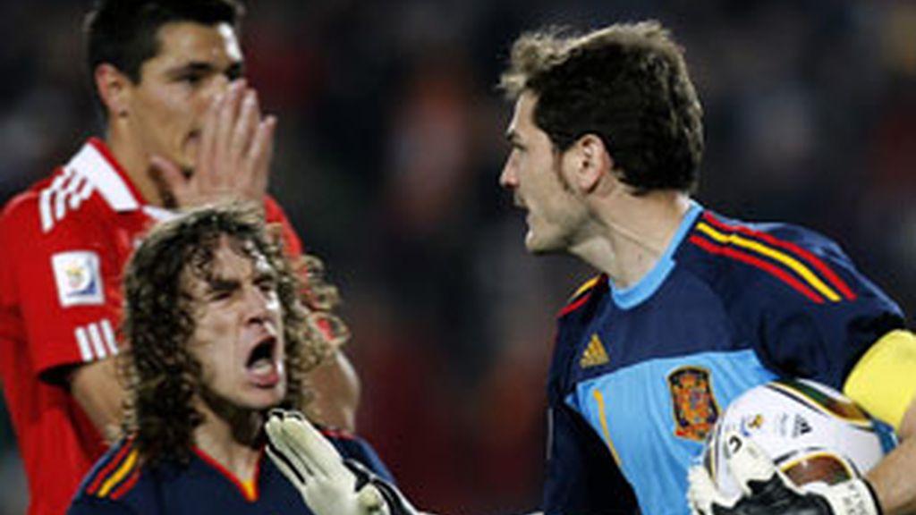 Iker Casillas, tras detener el penalti al paraguayo Oscar Cardozo (que se lamenta detrás de Puyol).