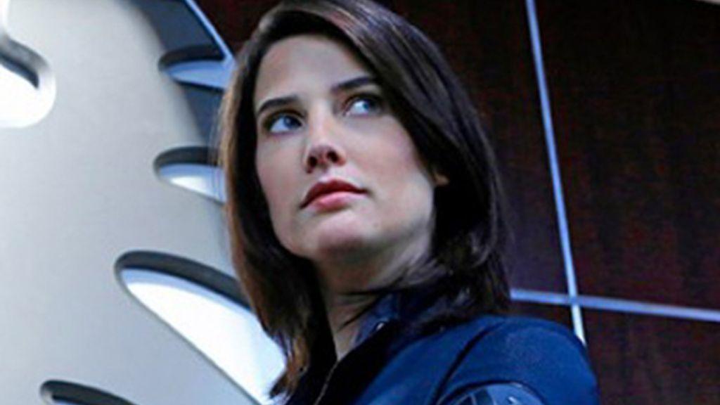Maria Hill repasa el expediente del agente Ward junto a Coulson