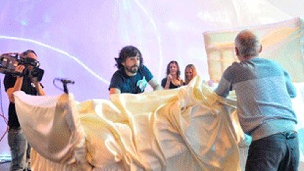 Santi Millán y Jordi Rebellón intentan hacer la cama en presencia de Lorena Berdún y Milene Domíngues.