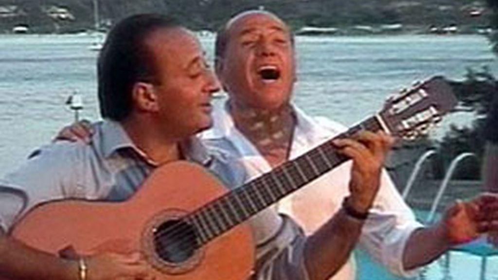 Silvio Berlusconi y su amigo Mariano Apicella.