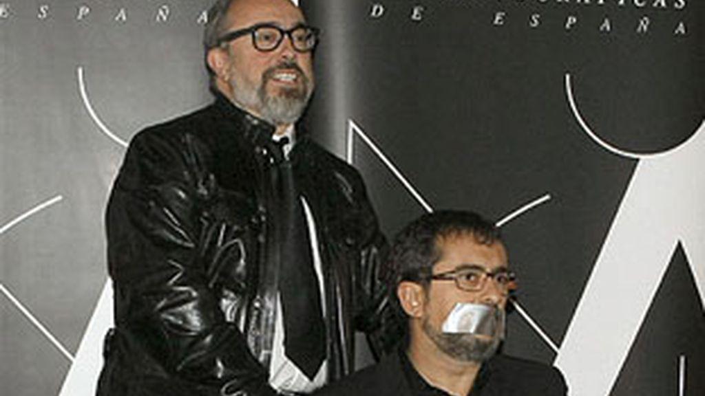Álex de la Iglesia, presidente de la Academia del Cine, y, amordazado, Andreu Buenafuente, presentador de la gala de los Goya.