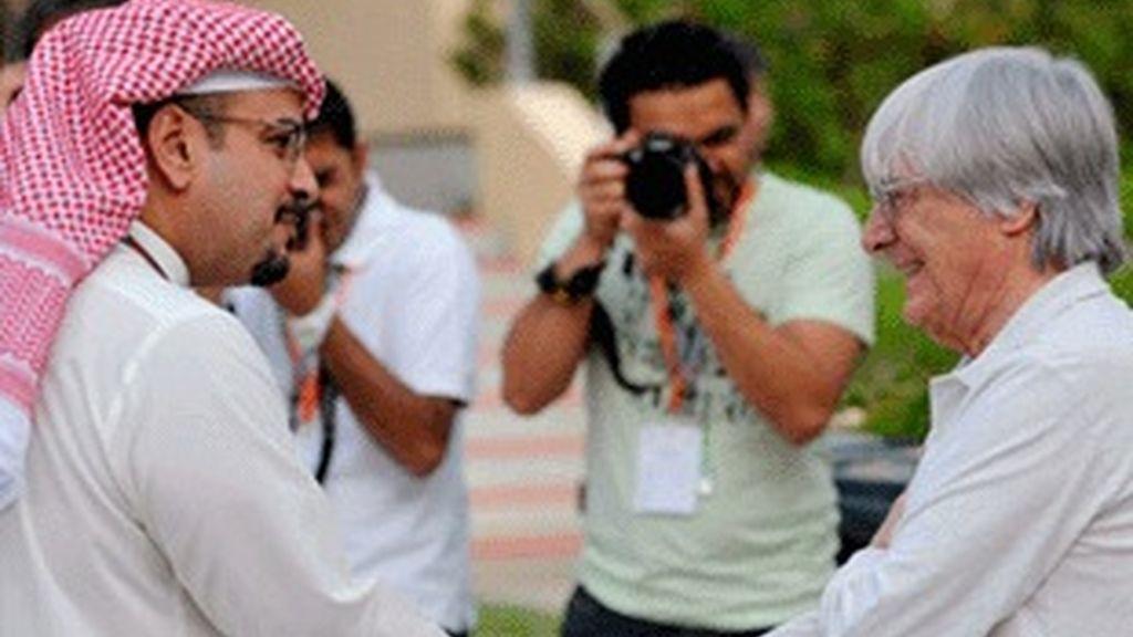 Bernie Ecclestone (derecha), en el circuito de Bahrein, donde se disputa el Mundial de este fin de semana.