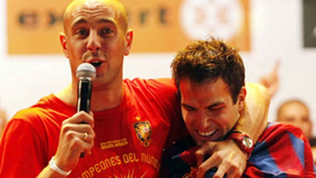 Pepe Reina (izquierda), que ejerció de 'speaker' en las celebraciones de La Roja, junto a Cesc Fábregas.