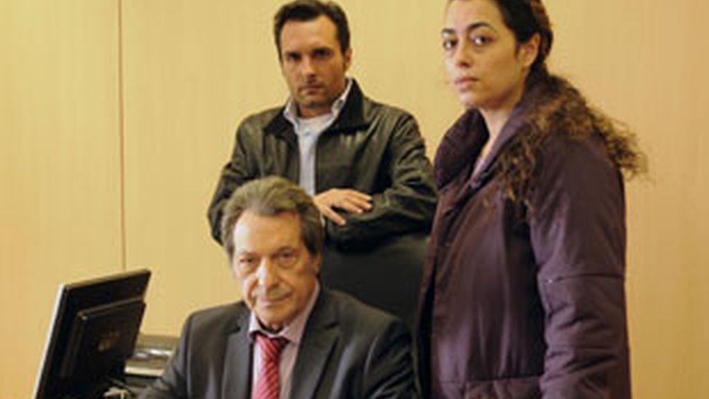Antonio Chamizo, Maria Isasi y, sentado, Sancho Gracia, protagonistas de 'Días sin luz'.
