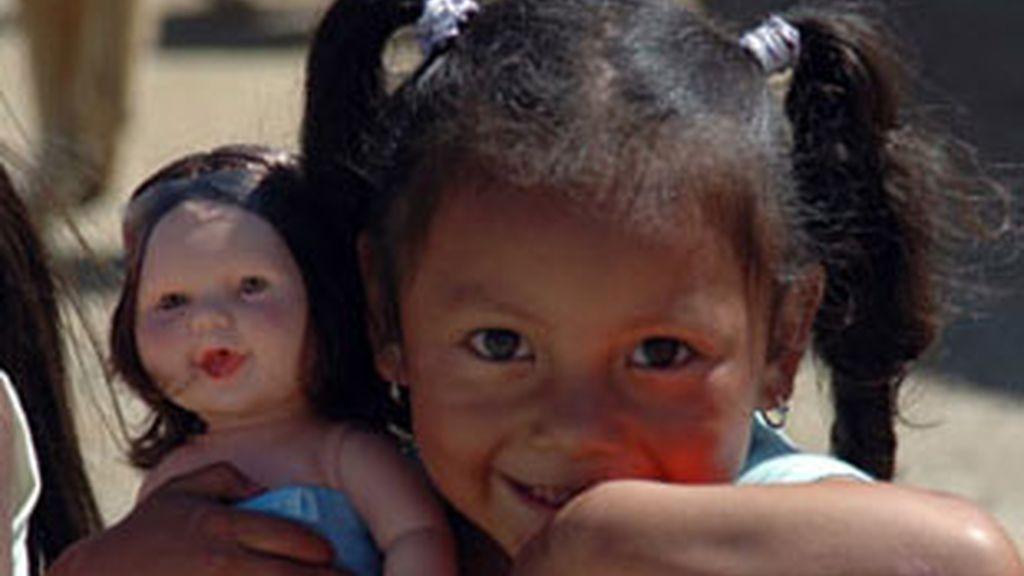 Niña peruana con juguetes de la campaña 'Un juguete, una ilusión'.