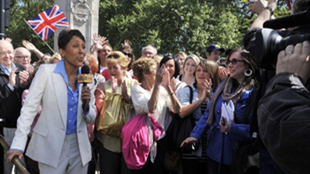 La periodista Robin Roberts de la ABC hace una conexión desde el palacio de Buckingham.