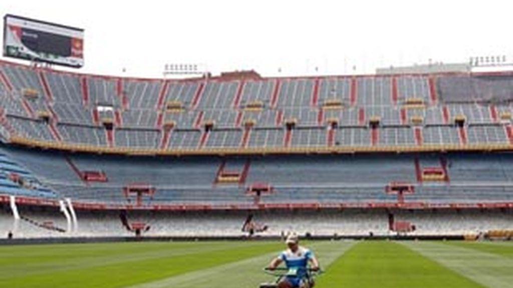 Un operario corta el césped del estadio de Mestalla (Valencia), donde se juega la final de la Copa del Rey.