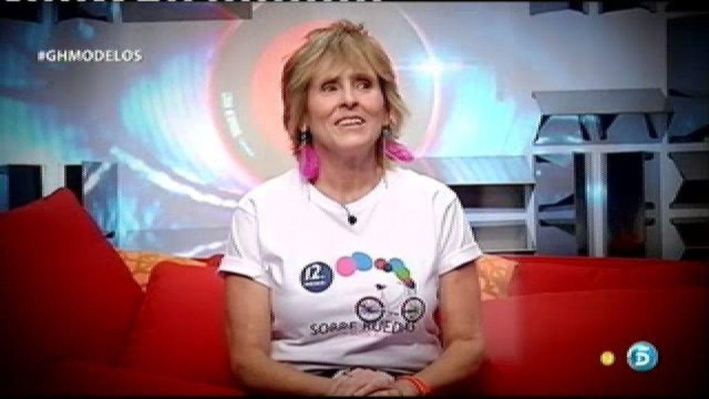 Mercedes Milá luce la camiseta de la campaña 'Sobre Ruedas'
