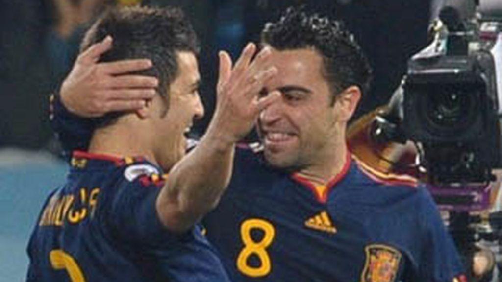 Xavi felicita a Villa tras el primer gol a Chile.