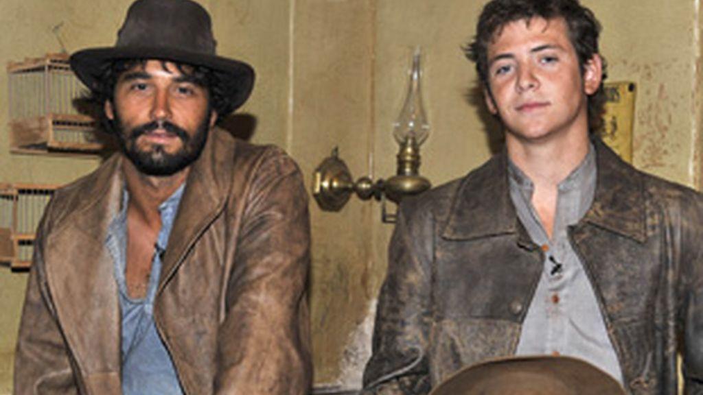 Álex García (izquierda) y Junio Valverde, protagonistas de 'Tierra de lobos'.