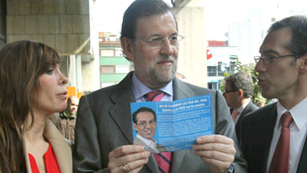 El líder del Partido Popular (PP), Mariano Rajoy (en el centro), acompañado de la presidenta del partido en Cataluña, Alicia Sánchez-Camacho, y el candidato a la alcadía de Hospitalet de Llobregat, Juan Carlos del Rio.