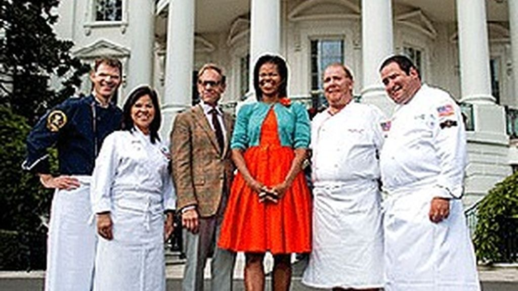 Michelle Obama, con el equipo de 'Iron Chef America'.