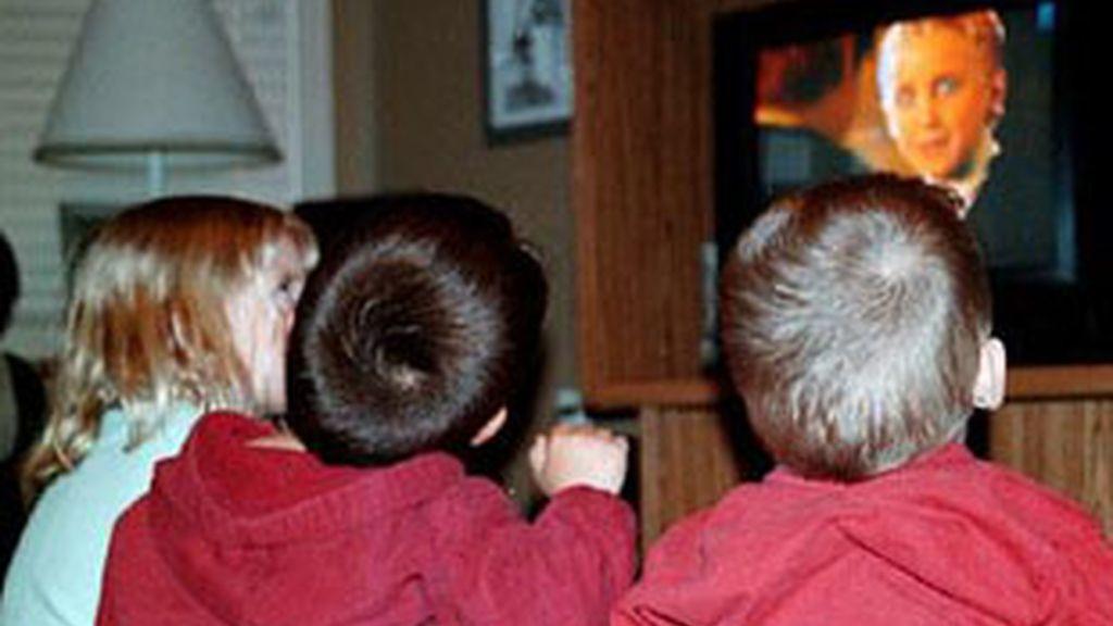 Niños viendo la televisión.