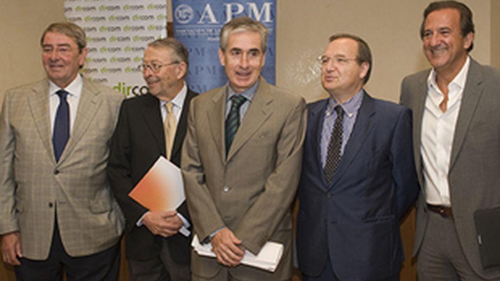 De izquierda a derecha, Alejandro Echevarría (Mediaset España), Alberto Oliart (RTVE), el ministro de la Presidencia, Ramón Jáuregui, Maurizio Carlotti (Antena 3) y José Miguel Contreras (La Sexta).