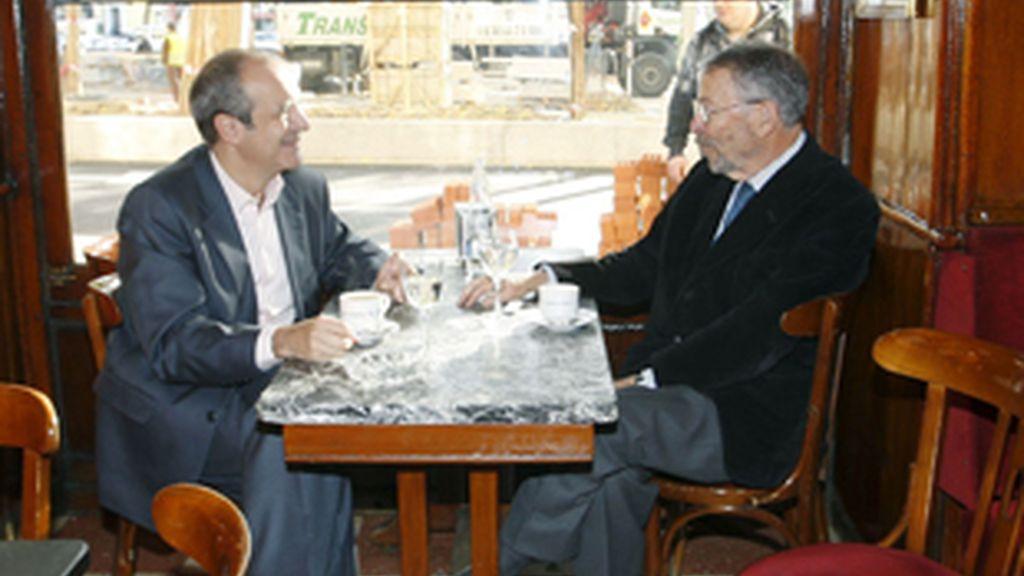Luis Fernández (izquierda) y Alberto Oliart, escenificando el relevo en el madrileño café Gijón.