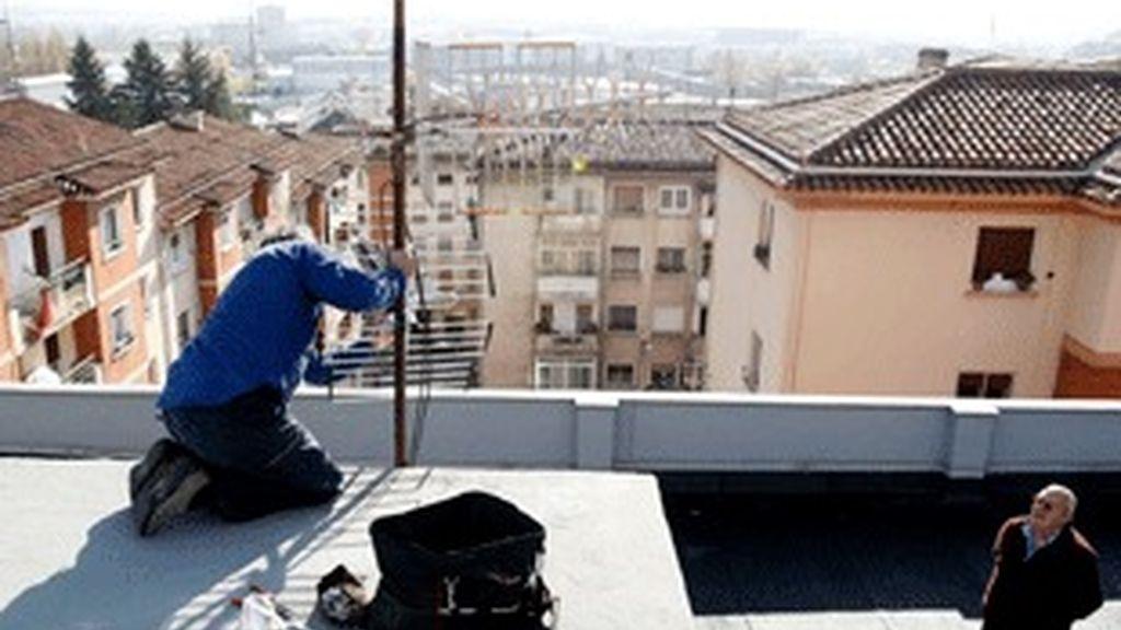 Un antenista ultima la orientación del receptor hacia el repetidor de la Higa de Monreal que transmite la señal digital a Pamplona.