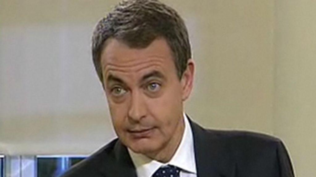 El presidente del Gobierno, José Luis Rodríguez Zapatero, durante su entrevista con RTVE en la Moncloa.