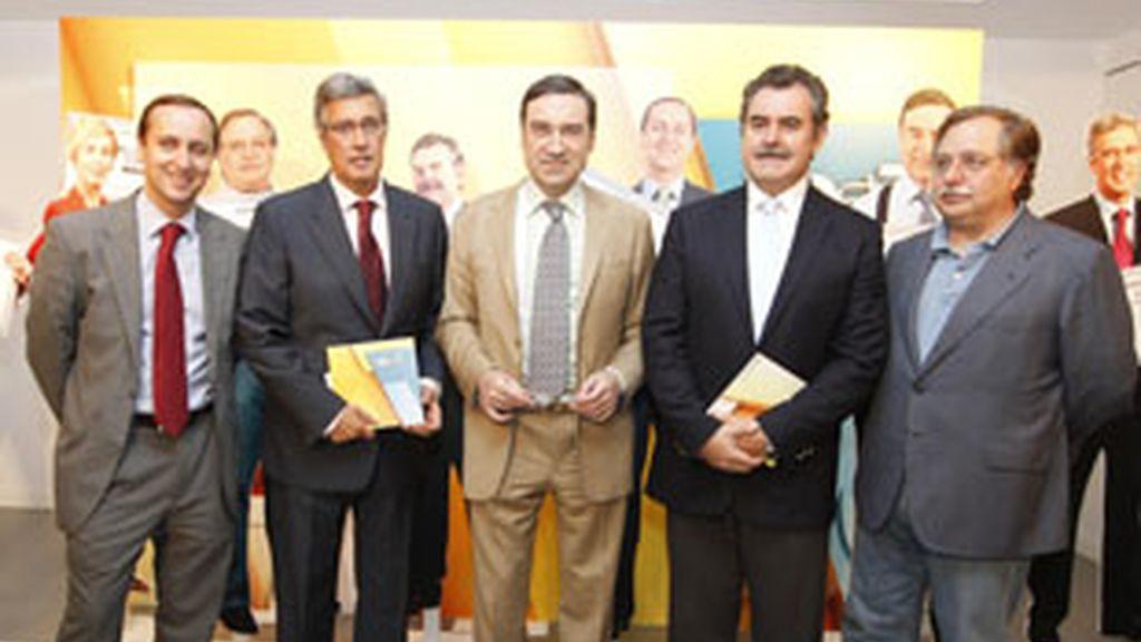 De izquierda a derecha, Carlos Cuesta, Ernesto Sáenz de Buruaga, Pedro J Ramírez, Fermín Bocos y Luis Herrero, en la presentación de la temporada 2010-2011 de VeoTV.