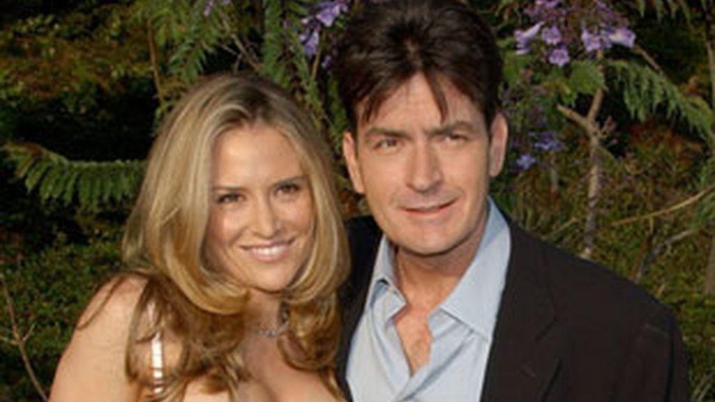Charlie Sheen junto a su esposa, Brooke Mueller.