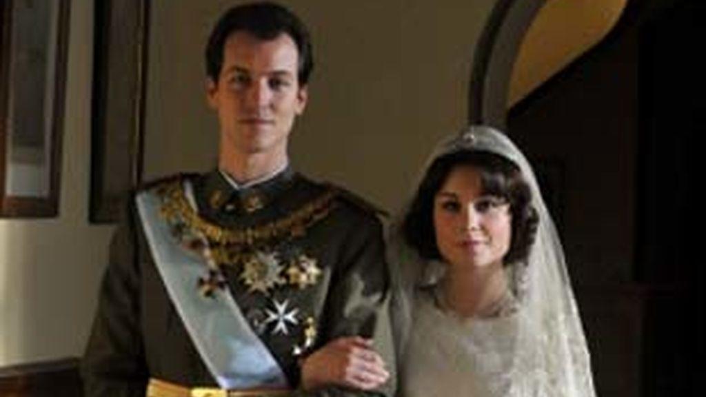 Jorge Suquet y Nadia de Santiago, como los reyes de la miniserie de Antena 3 'Sofía'.
