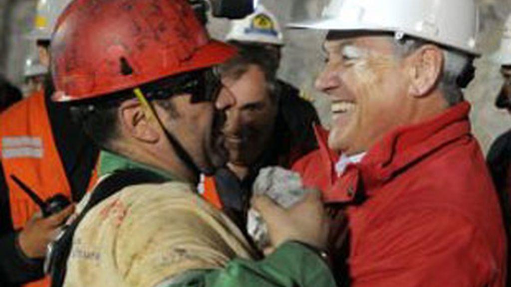 Mario Sepúlveda, el segundo minero rescatado, celebra su vuelta a la superficie.
