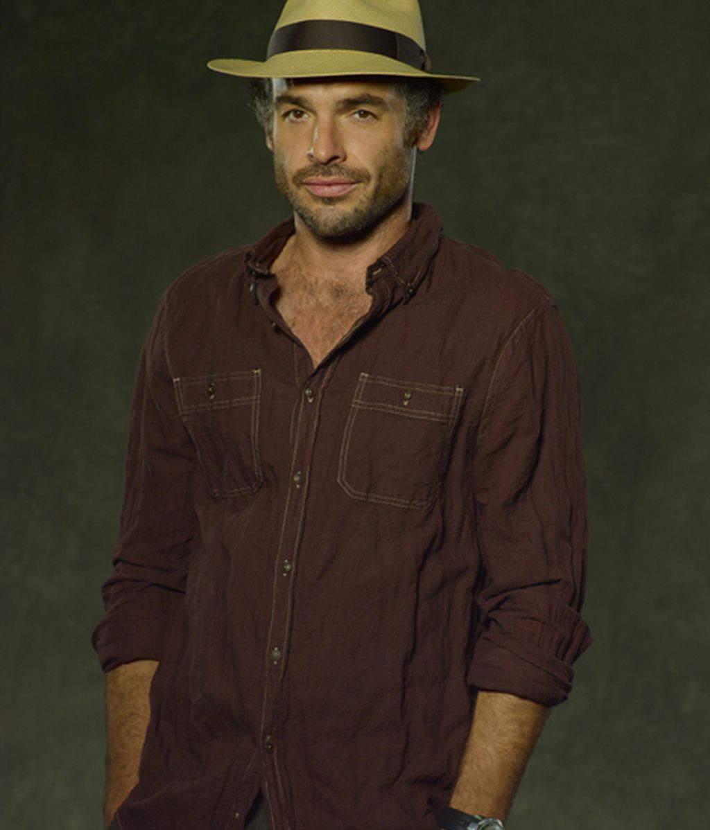 Paul Blackthorne es Clark Quietly