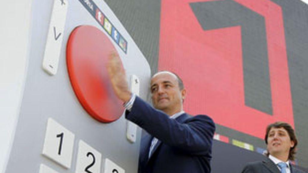 Miguel Sebastián escenifica el apagón analógico con la reproducción gigante de un mando a distancia.