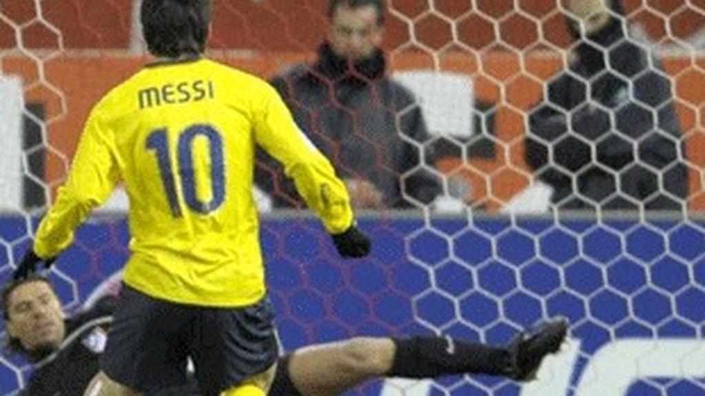 Messi marca uno de sus tres goles en el partido de ida entre el Atlético de Madrid y el Barcelona.