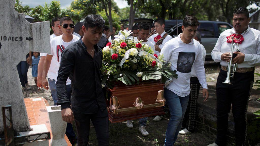 Familiares y amigos del periodista asesinado Salvador Adame llevan su ataúd durante el funeral en Nueva Italia, México