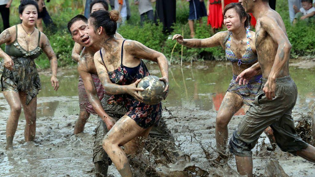 Una aldea china celebra la cosecha con un partido de fútbol de barro