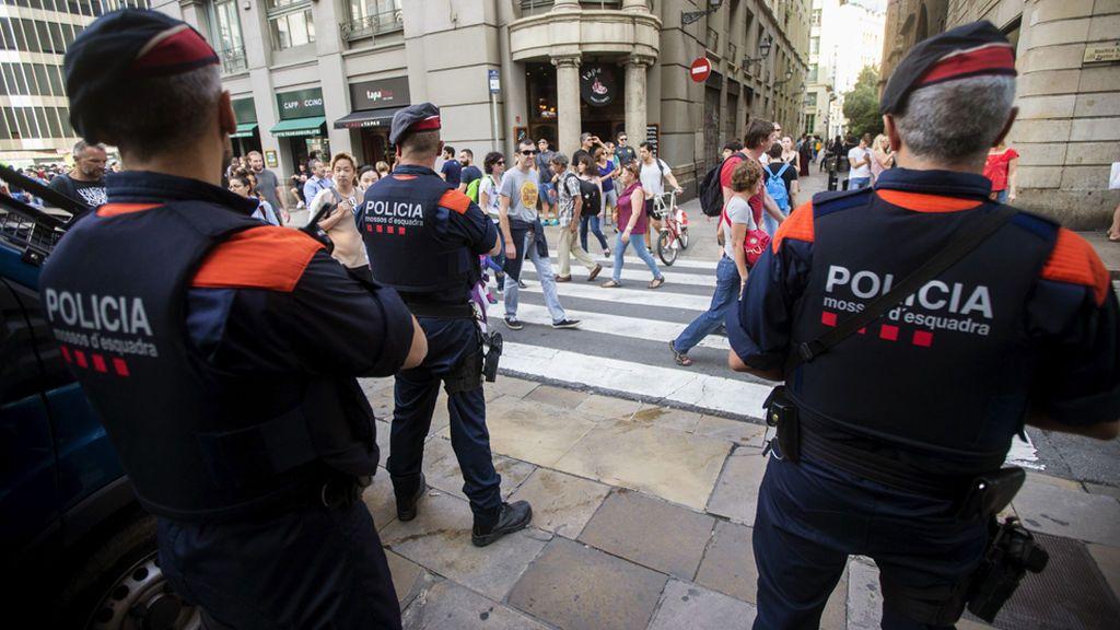 La Fiscalía catalana pide a los Mossos identificar a los responsables de los colegios electorales