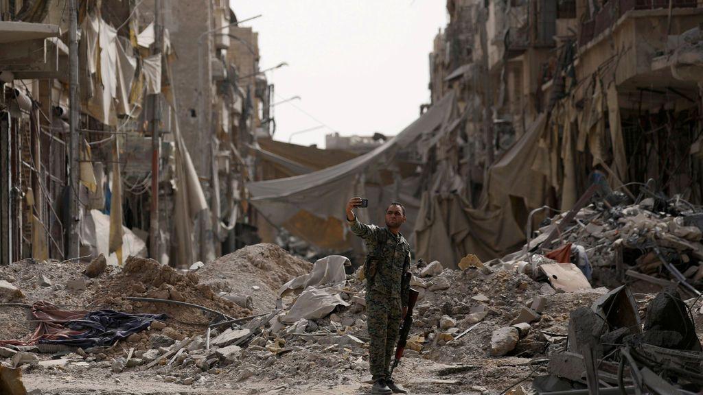 Un soldado de las FDS se saca una foto entre los escombros de una derruida Raqqa