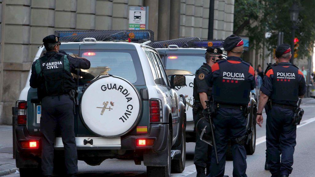 La Guardia Civil entrega apercibimientos en unos 30 ayuntamientos catalanes para que no colaboren con el referéndum