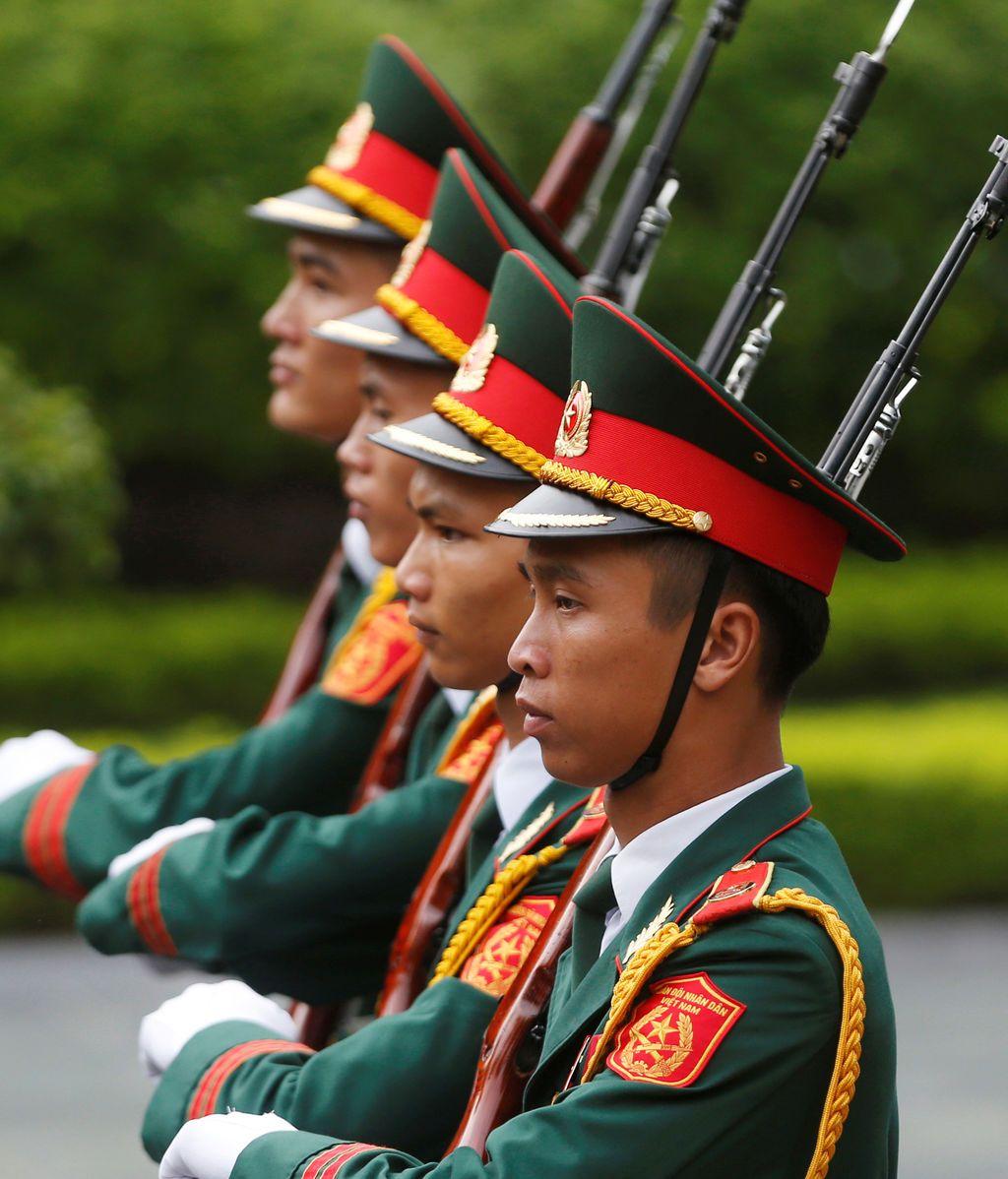 Marcha militar en Vietmnam antes de la bienvenida del primer ministro húngaro