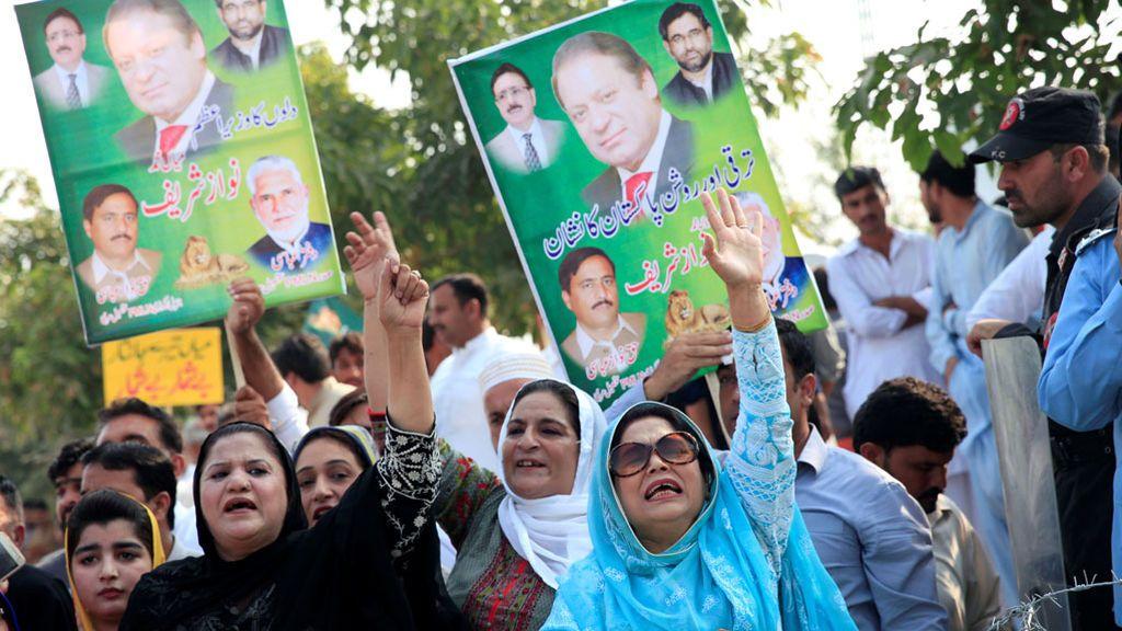 Partidarios del ex primer ministro de Pakistán durante su comparecencia ante el tribunal de cuentas