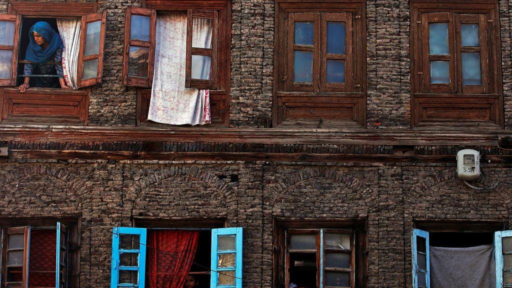 Una mujer ve la procesión del Muharram desde su ventana