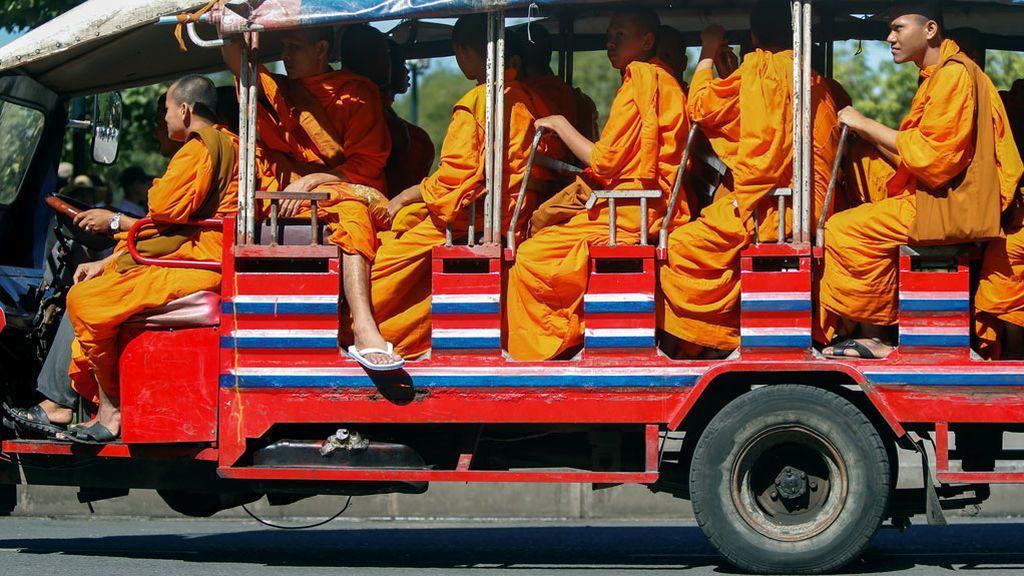 Los monjes budistas montan un carro en Phnom Penh, Camboya