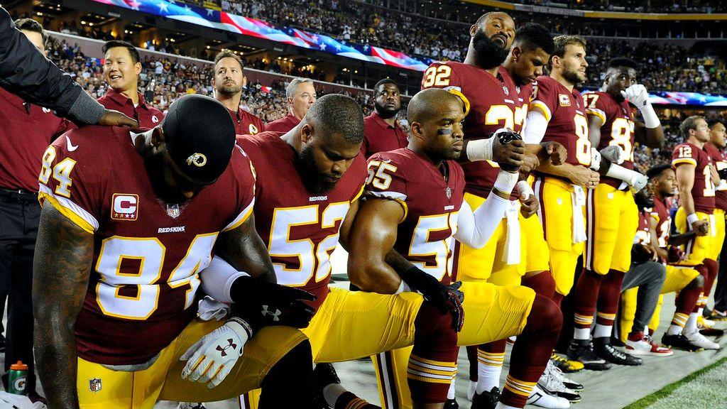 Así nació la protesta de los jugadores de la NFL que se arrodillan mientras suena el himno estadounidense