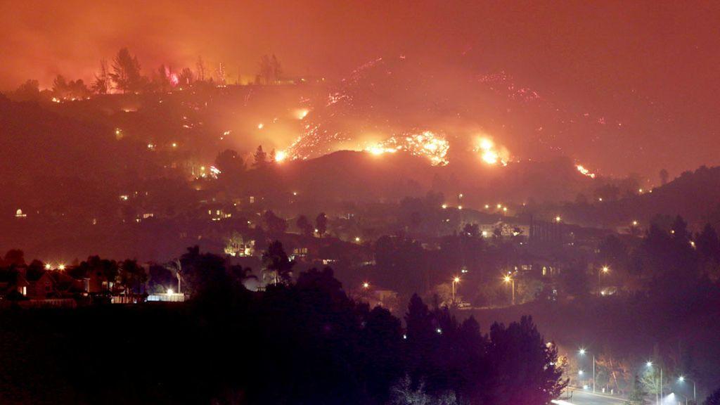 Incendio sobre las casas de California