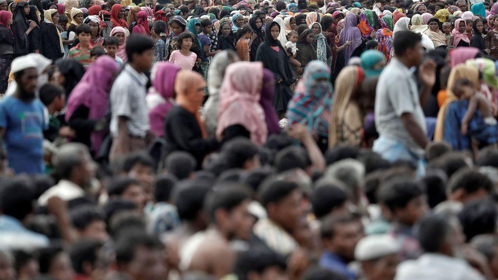 Los refugiados de Rohingya hacen cola a la espera de ayuda en Cox's Bazar