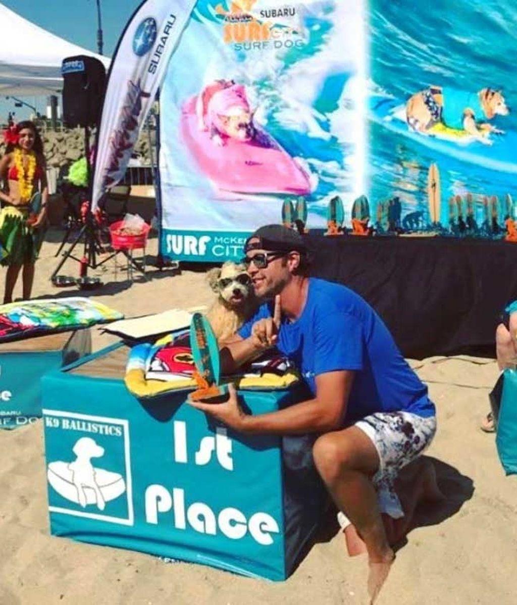 Aficionado al skate y con experiencia de un solo año: así es Dudeman, el ganador del campeonato de surf de perros