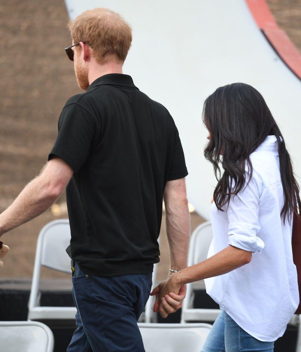 De la mano, confidentes y muy charlatanes: así ha sido la primera aparición pública de Harry con su novia