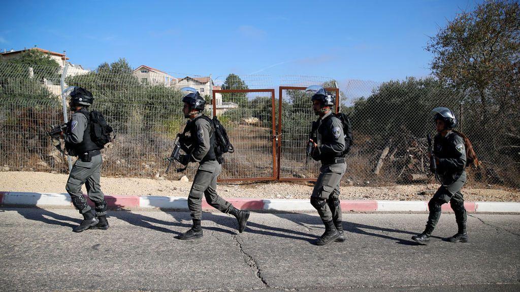 Policías fronterizos israelís patrullan una supuesta escena de asesinato