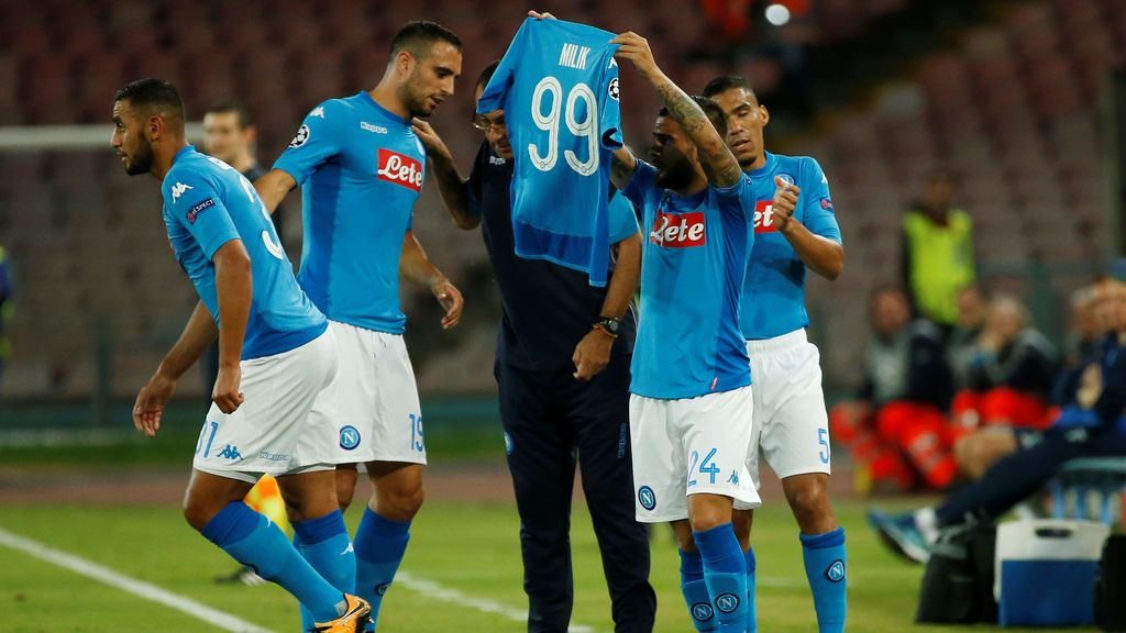 Un jugador del Nápoles quiere dedicar su gol a un compañero lesionado… y se confunde de camiseta en la celebración
