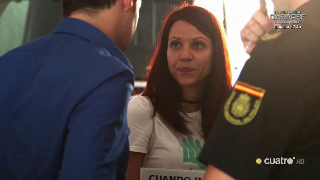 La policía quiere detener a Laura por manifestarse en la plaza