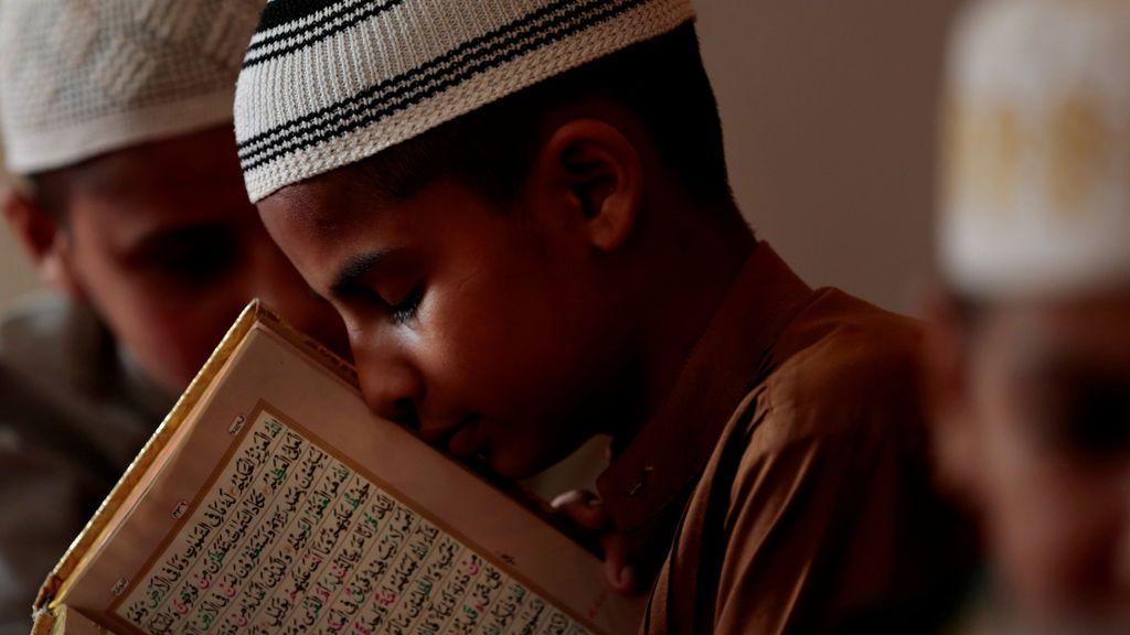 Un estudiante memoriza el Corán en una madrassa paquistaní