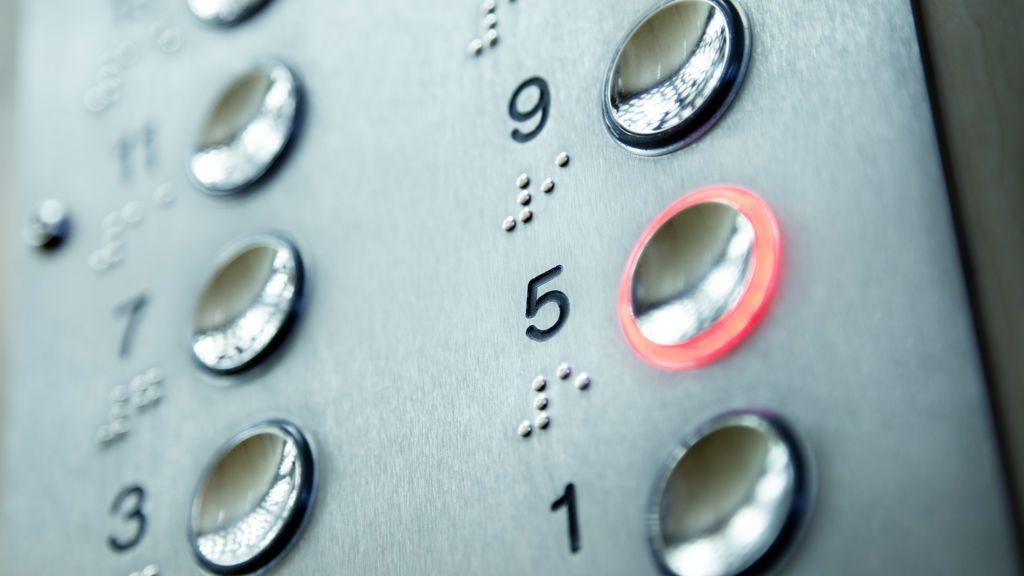 Heridos cuatro estudiantes tras precipitarse un ascensor por exceso de peso en Sevilla